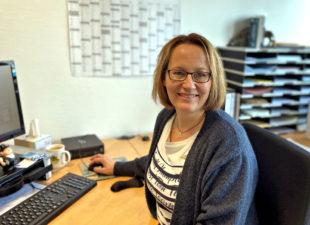 Heike Jäckel hilft Betrieben und Bewerbern bei der Suche nach der passenden Ausbildungsstelle oder Praktikumsplatz. Foto: Kreishandwerkerschaft Schwalm-Eder
