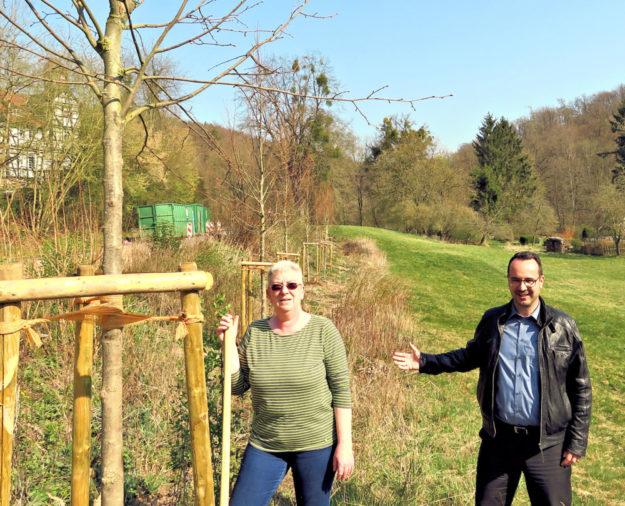 Ortsvorsteherin Jutta Becker und Bürgermeister Michael Köhler vor den neu gepflanzten Linden. Sie sind gut angewachsen und werden sich zu einer Allee entwickeln. Foto: nh
