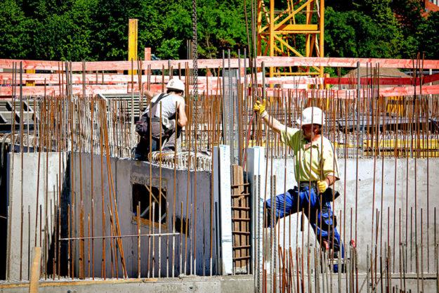 Alle Hände voll zu tun: Trotz Corona verzeichnet die Baubranche volle Auftragsbücher und solide Umsätze. Jetzt profitieren auch die Handwerker. Im April ist der Mindestlohn für Maurer & Co. gestiegen. Foto: IG BAU