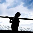 Schwer zu tragen: Bauarbeiter haben auch in der Corona-Krise viel zu tun. Für sie fordert die Gewerkschaft IG BAU jetzt höhere Löhne und die Bezahlung von Fahrzeiten. Foto: IG BAU