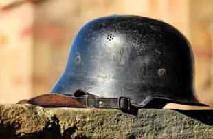 Die Stahlhelme müssen ein für allemal abgelegt werden. Nie wieder Krieg, nie wieder Faschismus – diese Forderung ist heute wieder aktuell. Foto: Couleur | Pixabay