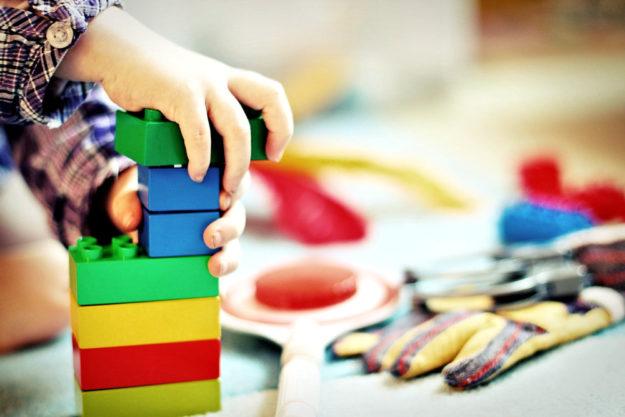 Wann dürfen die Kinder wieder gemeinsam spielen? Foto: Esi Grünhagen | Pixabaya