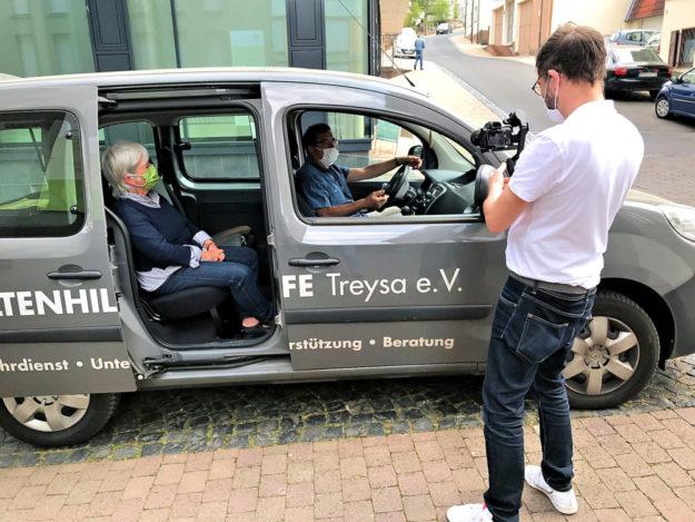 Die Altenhilfe Treysa hat ihr Dienstfahrzeug aus Rücksicht auf die Corona-Risikogruppe der Senior*innen mit einem so genannten Spuckschutz ausgerüstet. Foto: nh