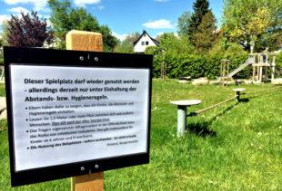 Spielen unter Einhaltung der Regeln: In Schwalmstadt informieren Hinweisschilder darüber, wie sich Kinder und Eltern auf Spielplätzen zu verhalten haben. Foto: Michael Seeger | Stadt Schwalmstadt