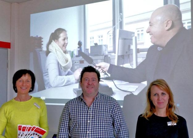 Bärbel Kesper von der Agentur für Arbeit, Korbach, Wolf Kunik von KUNIK VISION und Elena Rein vom Jobcenter Schwalm-Eder. Foto: Jobcenter Schwalm-Eder