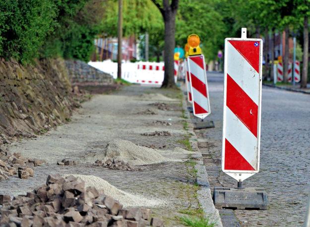 Neukirchen kann mit Landeshilfe in den Gehwegebau einsteigen. Symbolfoto: Sciffler | Pixabay