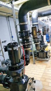 Energieeinsparung dank neuer Technik: Im Pumpenraum des Ziegenhainer Freibads wurden die fünf bisherigen Pumpen durch neue Hocheffizienzpumpen ersetzt. Foto: Stadt Schwalmstadt   nh