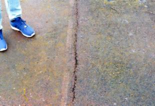 Deutlich erkennbar: Risse in der Kunstsofflaufbahn. Foto: nh