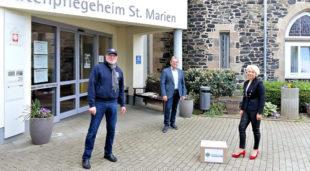 Das Foto zeigt (v.re.) Leiterin Bozena Perek, Club-Präsident Jürgen Thurau und den Fördervereinsvorsitzenden Förderverein Hans-Dieter Nitsch. Foto: Lionsclub Homberg (Efze)