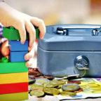 Plötzlich ist wieder Geld im Spiel. Eltern sollen für die Notbetreuung ihrer Kinder im Monat März bezahlen. Fotomontage: Schmidtkunz