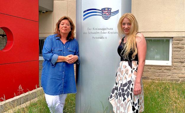 Cornelia Henkel und Melissa Wenderoth (re.) sind die Frauen an der Spitze des Kreisvorstandes der FREIE WÄHLER im Schwalm-Eder-Kreis. Foto: nh