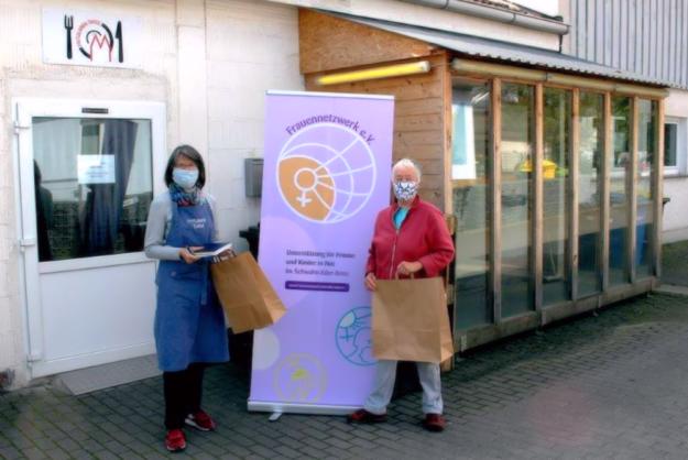 Karin Biermann (Leiterin Tafel Fritzlar) und Karin Glathe (Vorstandsmitglied Frauennetzwerk Schwalm-Eder e.V.) bei der Spendenübergabe. Foto: nh