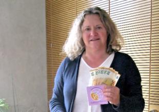 """Conny Salzmann von der Initiative """"Eine Tüte Gemeinschaft in Melsungen"""" freut sich über die finanzielle Unterstützung. Foto: nh"""