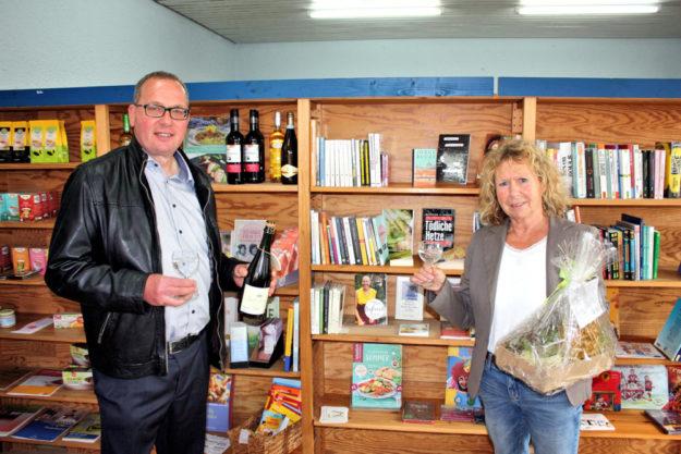 Buchhändlerin Rosi Holetz erhält von Bürgermeister Frank Börner ein Abschiedsgeschenk. Foto: nh
