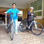 Patrik Werner (re.) und Jaickold Gonzalez (li.) gehören zu den überzeugten Nutzern der Dienstfahrräder. Foto: nh