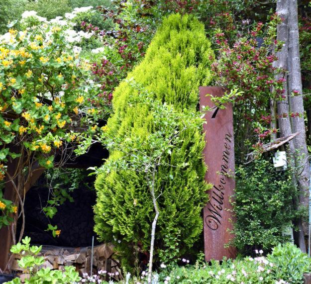 Im Garten in der Kaiserau 1 heißen die Werners ihre Gäste willkommen. Foto: nh