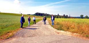 Die Bürgermeister Pinhard (li.) und Vesper (re.) beraten sich vor Ort mit ihren Planern über den Radwegeausbau. Foto: nh