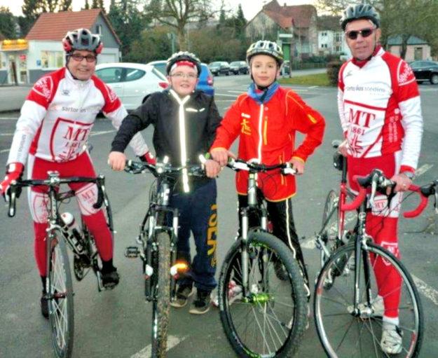 Kein einfacher Start: Zwei junge Radsportler Jan Alter und Till Steuber, erschienen im Frühjahr 2014 zum ersten Training, das Roland Wex (re.) gemeinsam mit Dieter Vaupel (li.) durchführte. Foto: MT-Radsport