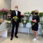 Bunte Vielfalt: Bürgermeister Frank Börner entbietet Helena Unruh zur Neueröffnung ihres Blumenladens die Grüße der Stadt. Foto: Jörg Daniel