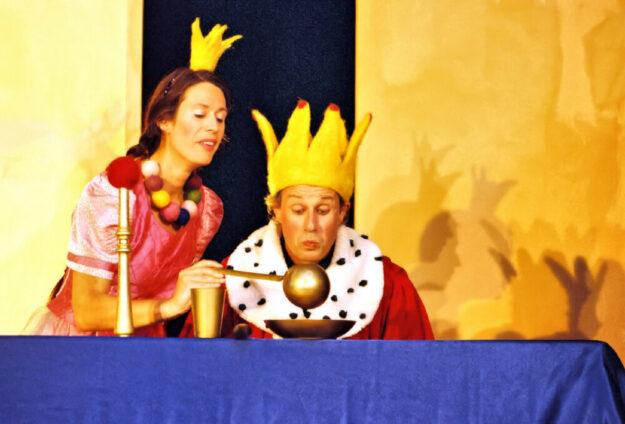 Im KinderKultursommer spielen Silvia Pahl und Klaus Wilmanns am Kloster Haydau das Märchen vom Froschkönig. Foto: nh