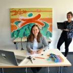 Anika Wolf von der Volkshochschule (re.) und Julia Grunewald-Discher (li.) von der Jugendförderung testen Setup und Technik für das Online-Ferienprogramm. Foto: Jugendförderung des Schwalm-Eder-Kreises