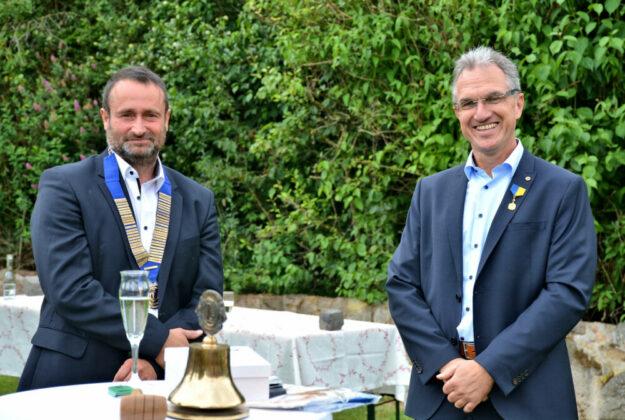 Stefan Sippel, neuer Präsident des Lions Clubs Melsungen, und sein Amtsvorgänger Lutz Kleinwächter (v.li.). Foto: Björn Schönewald