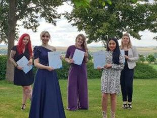 Die fünf neuen Friseurinnen wurden von der Innung feierlich freigesprochen. Foto: Kerstin Buddner