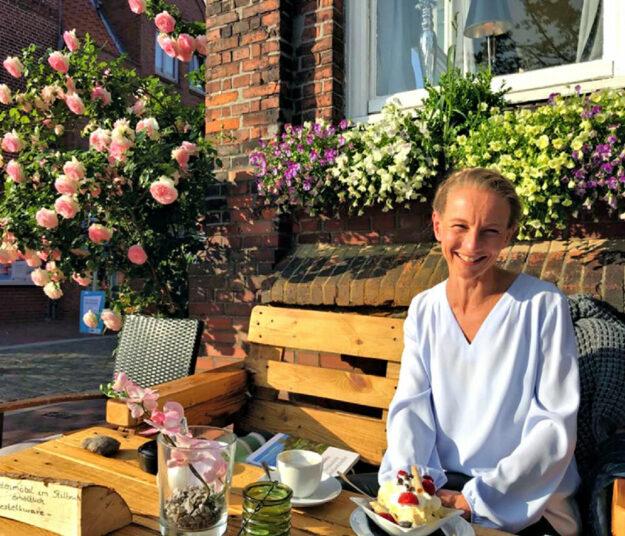 Bestsellerautorin und Bürgermeisterin auf der Hallig Hoog: Katja Just. Foto: Ben Kamili