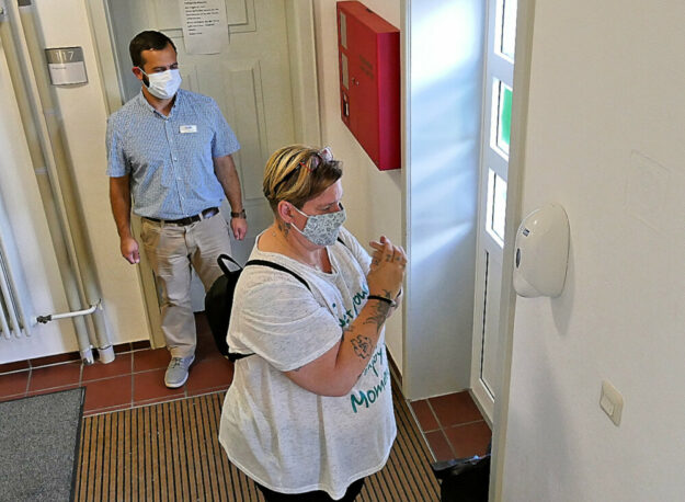 Die Händedesinfektion steht vor jedem Bürobesuch an. Foto: Jobcenter