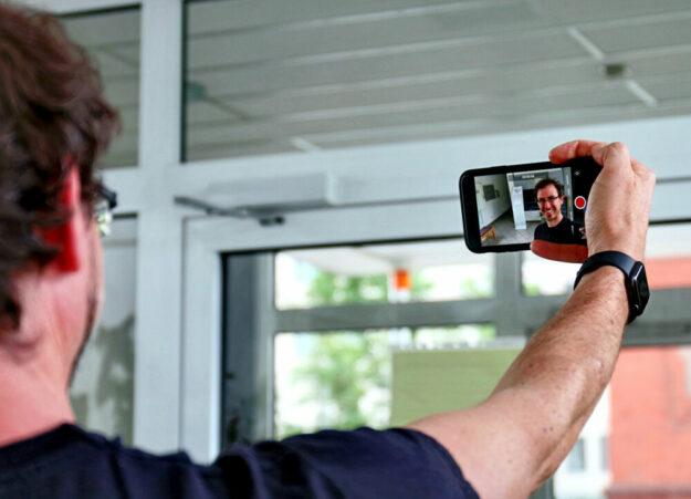 Ulrich Barckhausen vom Bildungszentrum beim virtuellen Schulrundgang. Foto: Asklepios