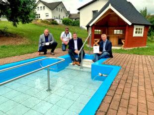 Bürgermeister Klaus Wagner, Stellv. Ortsvorsteher Volker Brandt, Mark Weinmeister und Vereinsvorsitzender Dieter Merz (v.li.). Foto: nh