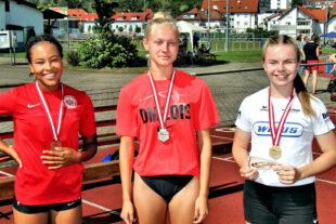 100m-Siegerin Vivian Groppe (re.) und Bronzemedaillengewinerin Charlize Boykin (li.) freuten sich über ihr Ergebnis. Carolin Schlung sah man die Enttäuschung an. Foto: nh