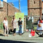 Von links: Lothar Ditter (1.Stadtrat Schwalmstadt), Martina Kohlhase (Pro Neukirchen e.V.), Joselyn Grimm und Neele Rother (Projekt Sterntaler), Benjamin Schäfer (Geschäftsführer Deutsche Märchenstraße e.V.), Lisa-Marie Schäfer (Rotkäppchen), Gerhard Reidt (Vorstand Tourismusservice Rotkäppchenland e.V.). Foto: nh