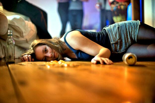 Muss das sein? Hinten stehen die einen und feiern noch, vorn liegt schon die erste von ihnen hilflos im Rausch am Boden. Foto: DAK | nh