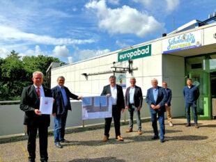 Staatssekretär Mark Weinmeister mit Vertretern des Landkreises sowie des Europabades in Schwalmstadt. Foto: Staatskanzlei