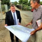 Bürgermeister Hartmut Spogat (re.) und Mark Weinmeister an der Baustelle der neuen Kita. Foto: Staatskanzlei