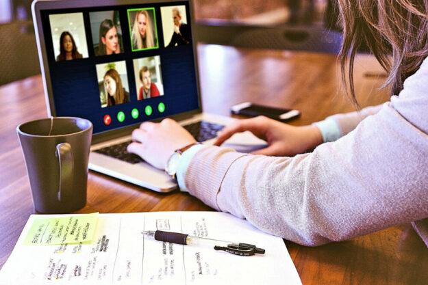 In Webtalks stellen verschiedene Firmen der Region ihre jeweils verfügbaren Ausbildungsberufe vor. Foto: Jagrit Parajuli | Pixabay