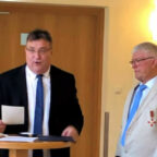 Willi Grunewald aus Niedenstein hat das Verdienstkreuz am Bande des Verdienstordens der Bundesrepublik Deutschland von Europastaatssekretär Mark Weinmeister überreicht bekommen. Foto: Staatskanzlei