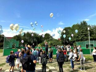 Europastaatssekretär Mark Weinmeister begrüßt neue Schülerinnen und Schüler in der Dr. Georg-August-Zinn-Schule in Gudensberg. Foto: Staatskanzlei