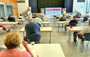 Im Saal hieß es coronabedingt auf Abstand gehen: Nur ein*e Delegiert*e pro Tisch. Foto: SPD