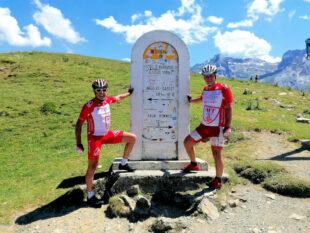 Glücksgefühle auf dem Gipfel. Einer der 22 Pässe über die Pyrenäen ist wieder geschafft. Hier der 1709 m hohe Col d'Aubisque, der auch immer wieder zum Programm der Tour de France gehört. Foto: MT Melsungen