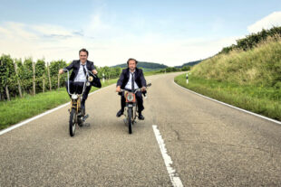 25 km/h sind lahm? Von wegen! Bei Tempo drehen die Brüder Georg (Bjarne Mädel, li.) und Christian (Lars Eidinger) erst richtig auf. Foto: nh
