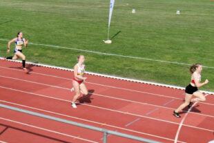 50 Meter vor dem Ziel war alles entschieden_ Vivian Groppe liegt klar vor Nadine Mercier. Foto: nh