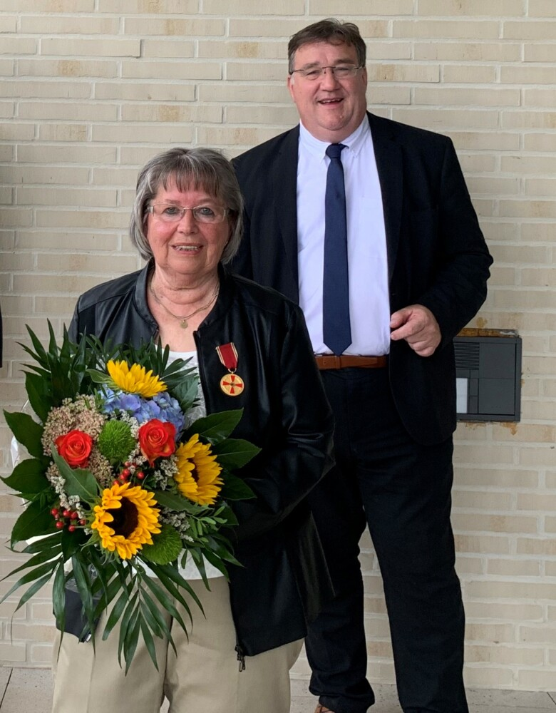 Europastaatssekretär Mark Weinmeister mit Frau Brunhilde Schlemmel kurz nach der Ordensaushändigung. Foto: Staatskanzlei