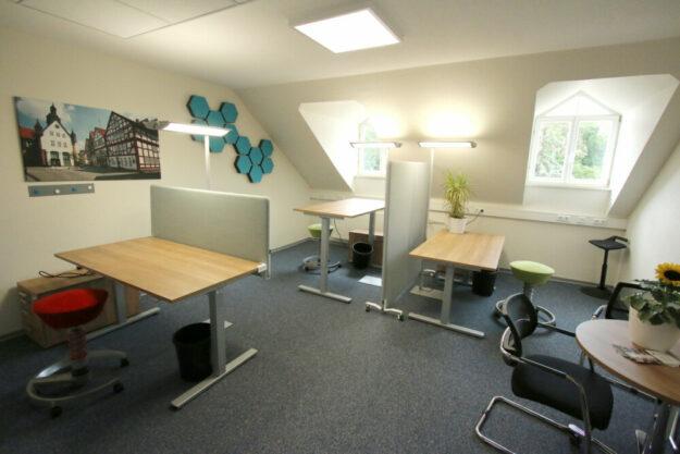 So sieht eine beispielhafte Büroausstattung mit drei Arbeitsplätzen aus. Foto: Michael Seeger | Stadt Schwalmstadt