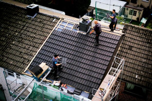 Auch in Corona-Zeiten viel zu tun: Dachdecker sollen mehr Geld für ihre Arbeit bekommen, fordert die IG BAU. Die Auftragsbücher der Firmen seien voll, die Wartezeiten für Handwerker lang. Foto: IG BAU | nh