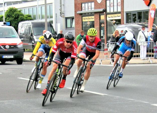Der spätere Sieger Philipp Sohn führt hier die vier Mann starke Spitzengruppe an. Foto: Merle Obermann