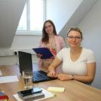 Haben ihre neuen Arbeitsplätze im Coworking Space Schwalmstadt bezogen, die Beraterinnen Laura Rost (li.) und Eva Maria Schütz. Foto: Michael Seeger | Stadt Schwalmstadt