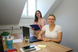 Haben ihre neuen Arbeitsplätze im Coworking Space Schwalmstadt bezogen, die Beraterinnen Laura Rost (li.) und Eva Maria Schütz. Foto: Michael Seeger   Stadt Schwalmstadt