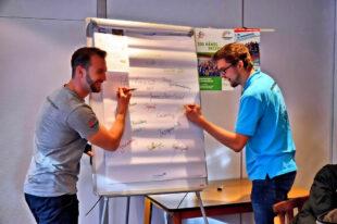 In der Ideenwerkstatt machten sich auch Jonas Kix und Tobias Stang (v.li.) einige Gedanken über attraktive Jugendangebote. Foto: Maria Nohl